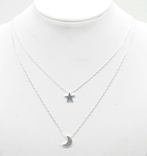 Collier multi-rangs pendentifs étoile lune argent.