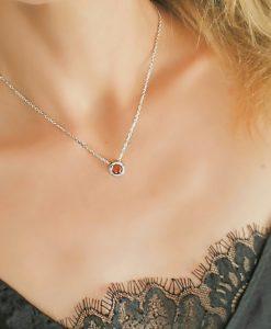Collier pendentif avec zirconium rouge